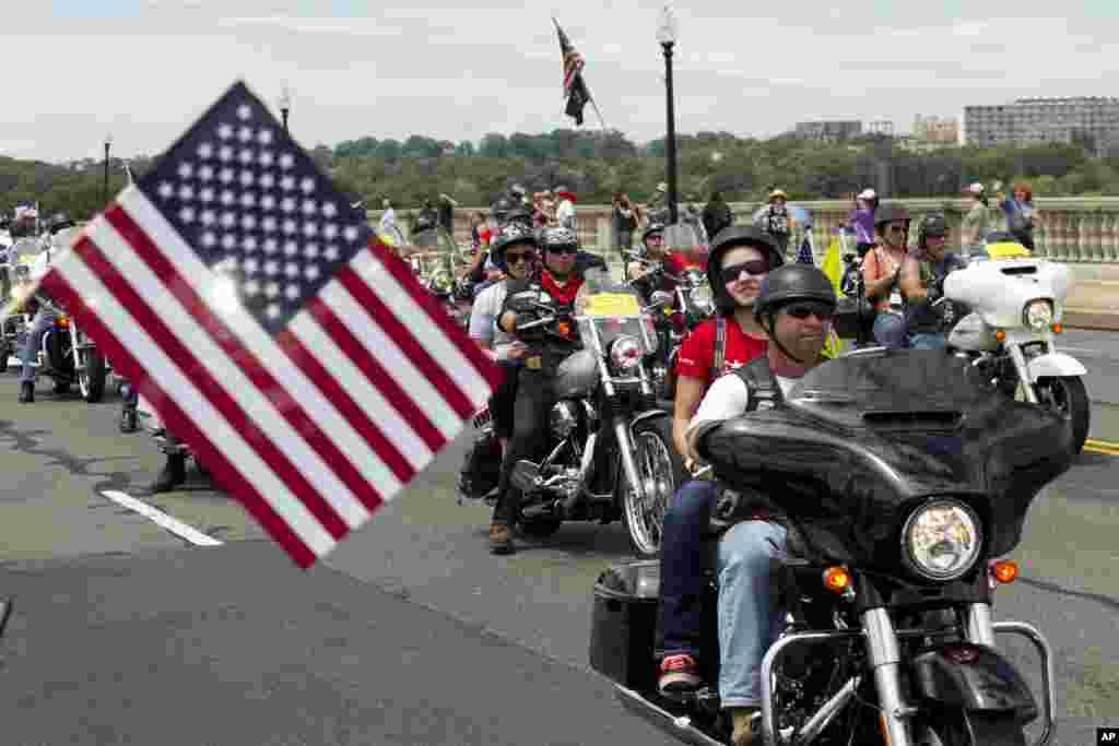 میموریل ڈے کی سب سے بڑی تقریب ریٹائرڈ فوجیوں کا موٹر سائیکلوں کا جلوس ہوتا ہے۔