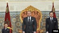 Raja Maroko Mohammed VI (tengah) berusaha melakukan reformasi demokrasi di negaranya.