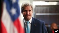 John Kerry ເຖິງສະໜາມບິນ Nairobi, Kenya, 5 ພຶດສະພາ 2015