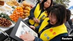 지난 2011년 4월 북한 김일성 주석 생일인 태양절을 맞아, 남측 임진각에서는 납북 피해 가족들이 납북자들의 송환을 촉구하는 행사를 가졌다. (자료사진)