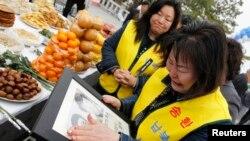 지난 2011년 비무장 지대 인근 임진각에서 열린 납북자 기념 행사에서 한국의 납북 희생자 가족들이 사진을 들고 울고 있다. (자료사진)