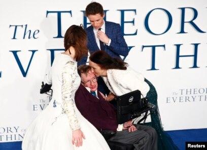 Jane Wilde Hawking (tengah) mencium mantan suaminya, ahli fisika Stephen Hawking, pada pemutaran perdana di Inggris film