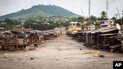 ຕະຫລາດໃນທ້ອງຖິ່ນ ເຫັນວ່າວ່າງເປົ່າ ໃນຂະນະທີ່ ລັດຖະບານ ຊີແອຣາ ລີອອນ ໄດ້ບັງຄັບໃຫ້້ປະຊາຊົນຢູ່ໃນເຮືອນເປັນເວລາ 3 ມື້ ໃນຄວາມ ພະຍາຍາມຕໍ່ສູ້ກັບ ເຊື້ອໄວຣັສ ອີໂບລາ ຢູ່ນະຄອນຫລວງ Freetown ວັນທີ 19 ກັນຍາ 2014.
