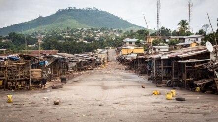 Un marché de Freetown, vide, du fait du verrouillage imposé sur le pays pendant trois jours par les autorités pour enrayer l'épidémie à virus Ebola