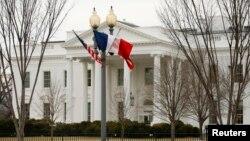 프랑수아 올랑드 프랑스 대통령이 10일 미국을 방문하는 가운데, 워싱턴 백악관에 올랑드 대통령의 방문을 환영하는 프랑스 국기와 미국 성조기가 나란히 걸려있다.