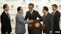 Menlu Kamboja Hor Namhong (kedua dari kiri) berjabat tangan dengan Menlu Thailand, Kasit Piromya disaksikan Menlu Indonesia Marty Natalegawa dalam pertemuan antar Menlu ASEAN di Jakarta, Selasa (22/2).