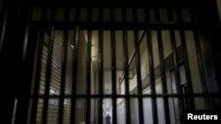 Un garde se tient derrière les barreaux dans un centre pénitencier en Californie, le 29 décembre 2015.