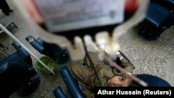 "Seorang anak penderita Thalassaemia menjalani proses transfusi darah di Karachi 7 Mei 2009. Indonesia merupakan salah satu negara yang masuk dalam kategori ""sabuk talasemia"" atau negara yang memiliki frekuensi gen talasemia yang tinggi. (Foto: REUTERS/Athar Hussain)"