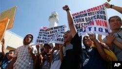 Pendukung Sulu Sultan Jamalul Kiram III berdemonstrasi di Taguig, timur Manila, Filipina, menyusul klaim wilayah yang dilakukan sultan tersebut di Sabah, Malaysia. (AP/Bulllit Marquez)