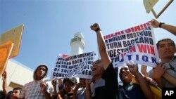 1일 필리핀 마닐라 동부의 타귁 시티, 블루 모스크 앞에서 시위를 벌이는 술루 술탄 자말룰 키람의 지지자들.