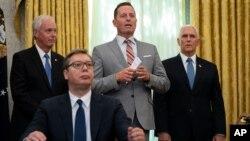 2020年9月4日白宫: 特朗普总统的塞尔维亚与科索沃事务特使格雷内尔在签字仪式上讲话。坐在前方的是塞尔维亚总统武契奇。