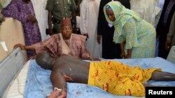 Gwamnan jihar Borno Ibrahim Kashim Shettima da wani da yaji rauni a sanadiyar fashewar bom a asibiti a Maiduguri, 1 ga Yuli 2014.