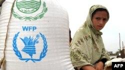 Arhiva - Raseljena Pakistanka, iz severozapadne oblasti Buner, sedi pored džaka sa hranom pristiglim od Svetskog programa za hranu (WFP) Ujedinjenih nacija, u distributivnom centru u Svabiju, 2. maja 2009.