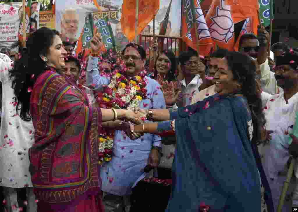 این زنان تصویب قانونی را در هند جشن می گیرند که براساس آن ده درصد مشاغل دولتی باید به افراد فقیر داده شود.