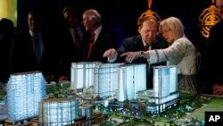 شلدون آدلسون (نفر دوم از راست) میلیاردر آمریکایی در برابر ماکت بنای هتل و کازینوی سندز در ماکائو - عکس از آرشیو