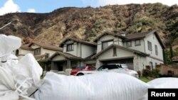 Bolsas de arena en preparación para posibles deslizamientos de tierra en este vecindario de Azusa, California.