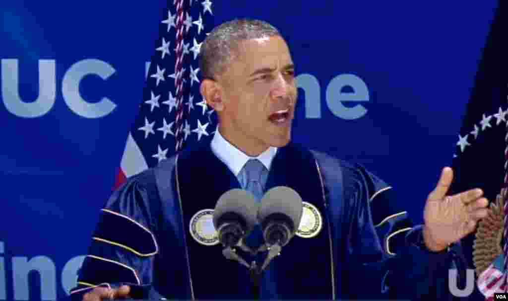 奥巴马总统向毕业生致辞(白宫相片)