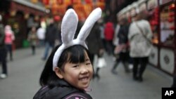 A girl wears bunny ears as she visits the Yuyuan Garden in downtown Shanghai February 2, 2011. The Chinese Lunar New Year begins on February 3 and marks the start of the Year of the Rabbit, according to the Chinese zodiac. REUTERS/Carlos Barria (CHINA -