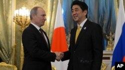 ທ່ານ Shinzo Abe ນາຍົກລັດຖະມົນຕີຍີ່ປຸ່ນ ພົບປະກັບປະທານາທິບໍດີຣັດເຊຍ ທ່ານ Vladimir Putin ໃນຂະນະທີ່ທ່ານ ຢ້ຽມຢາມນະຄອນມົສກູ ໃນວັນຈັນມື້ນີ້ ທີ 29 ເມສາ 2013