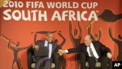 FIFA President Sepp Blatter, right , and South African President Jacob Zuma give a press conference in Johannesburg, 12-03-2010.