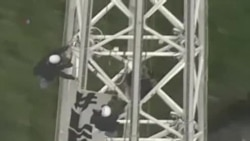 澳兩女攀高塔抗議政府移民政策