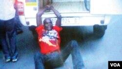 Người đàn ông Mozambique bị còng vào xe cảnh sát Nam Phi