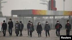 گاهی هوا در اکثر شهرهای پرنفوس چین به گونۀ آلوده می شود که مردم باید ماسک بپوشند.