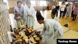 추석 명절을 나흘 앞둔 15일 춘천시 성원초등학교 체육관에서 춘천 지역에 사는 북한이탈주민 50여 명이 합동차례를 지내고 있다.