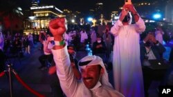 Warga UEA merayakan keberhasilan wahana tak berawaknya memasuki orbit Planet Mars, di Dubai, Uni Emirat Arab, Selasa (9/2).