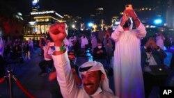 خلائی مشن کے مریخ کے مدار میں پہنچنے پر متحدہ عرب امارات کے شہری خوشی کا اظہار کر رہے ہیں۔
