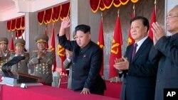 Lãnh đạo Triều Tiên Kim Jong Un (giữa) và ông Lưu Vân Sơn, chính khách cao cấp của Đảng Cộng sản Trung Quốc (thứ hai, bên phải) trong một buổi lễ đánh dấu kỷ niệm lần thứ 70 của đảng cầm quyền Bắc Triều Tiên, Bình Nhưỡng.