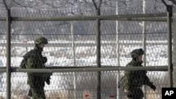 韩国军人在韩朝边界附近巡逻