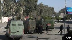Polisi anti huru-hara Mesir mengelilingi pintu masuk universitas al-Azhar dalam bentrokan dengan para mahasiswa pendukung Ikhwanul Muslimin di Kairo (27/12). (AFP/Khaled Desouki)