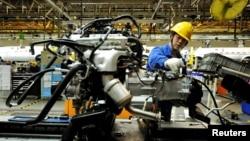 지난 3월 중국 산동성 칭다오시 자동차 생산공장의 근로자가 조립 작업을 하고 있다. (자료사진)