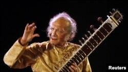 El músico indio Ravi Shankar toca el sitar con los Beatles y George Harrison, además de participar en conciertos y festivales como Woodstock, en los años 60.