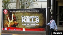 Wani mutum yana wuce tambarin yaki da cin hanci da rashawa a Abuja, Nigeria August 28, 2015.