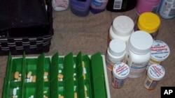 艾滋病毒呈阳性的泰勒·杰克森照下她每天要吃的17种药
