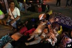 La frontera peruana lucía abarrotada la madrugada del viernes 14 de junio de 2019, y muchos niños dormían en el piso.