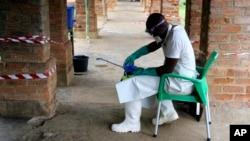 Zdravstveni radnik u odelu za zaštitu od virusa u centru za lečenje u Bikoru u Demokratskoj Republici Kongo 13. maj 2018.