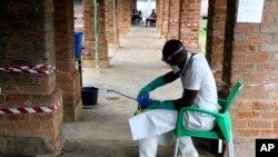 Um funcionário de saúde usa equipamento de protecção no centro de tratamento em Bikoro, na República Democrática do Congo. 13 de Maio 2018 Democratic Republic of Congo, May 13, 2018.