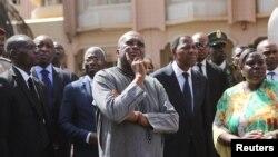 Le président du Burkina, Faso Roch Marc Christian Kaboré, au centre, et son homologue du Bénin, Thomas Boni Yayi (à sa droite) visitent lieu de l'attaque jihadiste qui a causé la mort de 30 personnes, à l'Hôtel Splendid, à Ouagadougou, Burkina Faso, 18 janvier 2016.