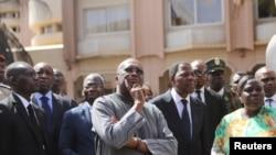 Photo d'archives : Le Président du Burkina Faso Roch Marc Christian Kaboré (centre) et son homologue du Bénin Thomas Boni Yayi sur les lieux de l'attaque contre l'Hôtel Splendid de Ouagadougou, le 18 janvier 2016.