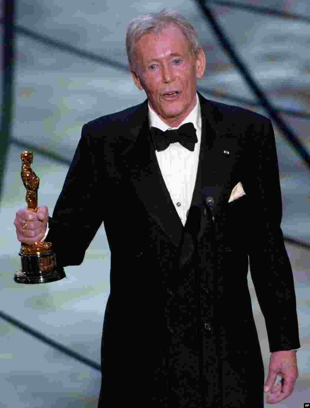 پیتر اوتول در هفتادوپنجمین مراسم اسکار، جایزه اسکار افتخاری برای یک عمر فعالیت هنری دریافت کرد. 23 مارس 2003