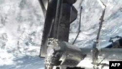 На знімку зробленому NASA-TV космічний шатл Атлантіс приєднаний до МКС.