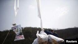 지난 2016년 3월 탈북자들이 경기도 파주에서 김정은 북한 국무위원장을 비난하는 내용의 전단지를 살포하고 있다. (자료사진)