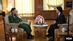 2014年11月22日,缅甸国防军总司令敏昂莱接受美国之音缅甸语组记者丹伦吞采访
