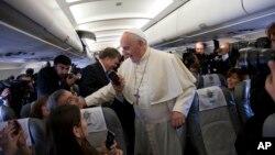 Đức Giáo hoàng Phanxicô chào đón các nhà báo trên máy bay trên đường đến Amman, Jordan, Thứ bảy 24/5/2014.