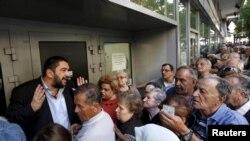 یک مدیر بانک سعی می کند در آتن به مردمی که جلوی بانک صف کشیده اند، شرایط را توضیح دهد