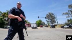 Офицер полиции у начальной школы в Сан-Бернардино в Калифорнии, где произошла стрельба. В результате инцидента погибли два человека. 10 апреля 2017 г.