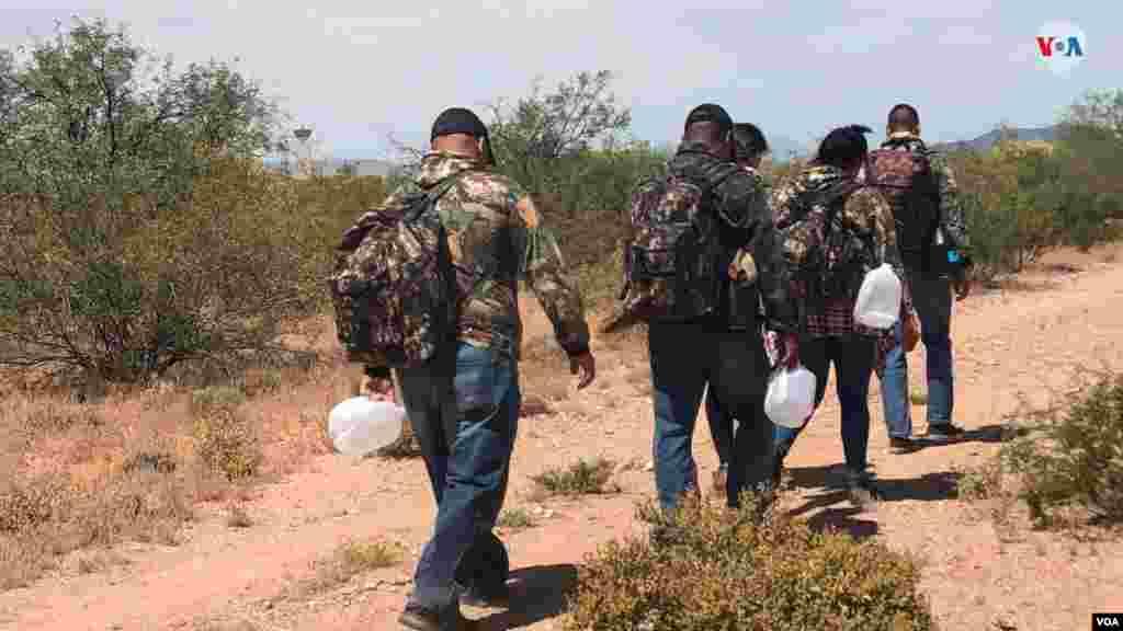 La Voz de América acompañó a agentes de la CBP en unun simulacro de cómo se cruza la frontera a manos de traficantesen el paso fronterizo entre EE.UU. y México. Esta misma semana se informó que la cantidad de migrantes detenidos en la frontera sur en abril superó los 100.000 por segundo mes consecutivo. Photo: Celia Mendoza - VOA